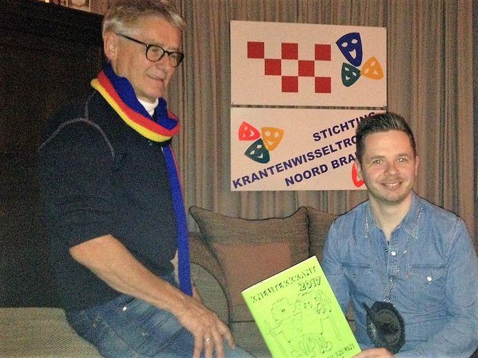 Tekenaar Kneuterkrant Mike van Herwijnen met zijn pronkstuk van het voorbije jaar. Ton van Empel van de organisatie links van hem.