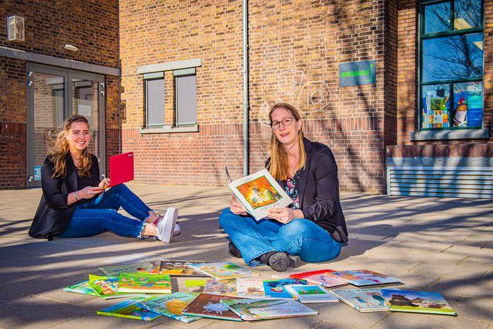 Juf Petra (rechts) en Juf Florianne hebben online plezier met 'hun' kinderen van de Groen van Prinstererschool.