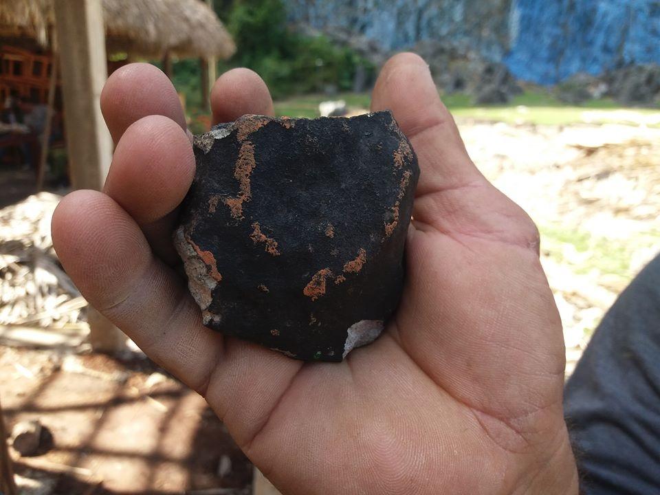 Op de steen zijn sporen van het oranje plastic te zien.