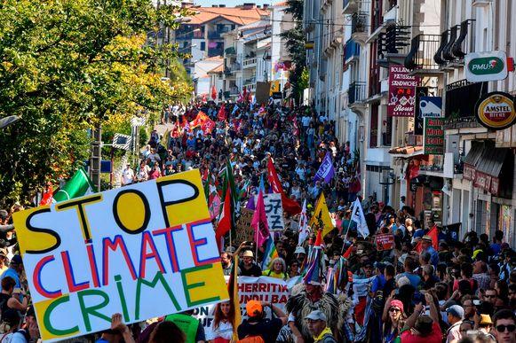 Anti-G7-activisten protesteren in Hendaye, vlak bij Biarritz waar zeven wereldleiders vandaag samenkomen voor de G7-Top.