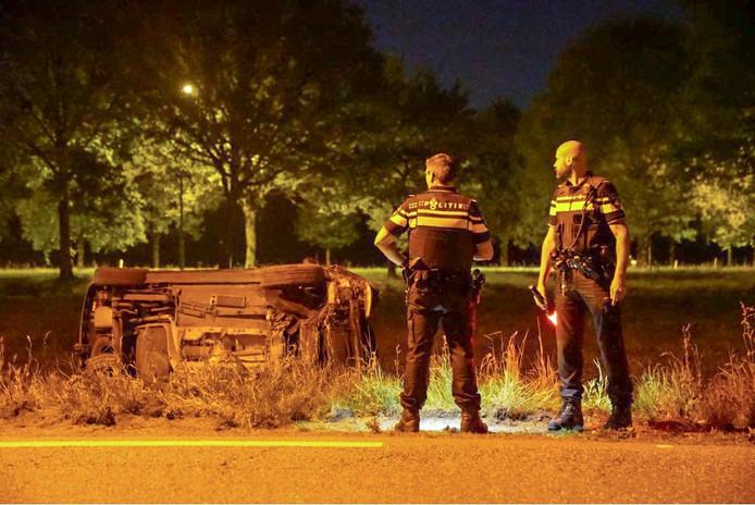 De politie vindt een auto op zijn zijde in de berm, maar kan de bestuurder niet vinden.