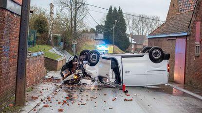 Bestelwagen verspert hele rijbaan na crash