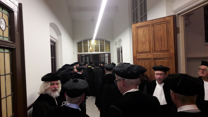 Een kloostergang vol toga's en baretten.
