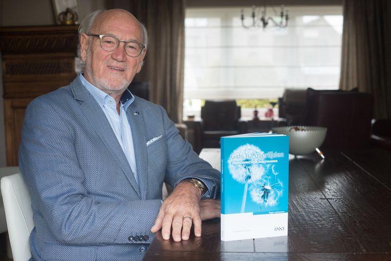 Roger Lathouwers geeft met zijn 'Gids na overlijden, handleiding voor nabestaanden' antwoorden op veel gestelde vragen als een dierbaar familielied komt te sterven.