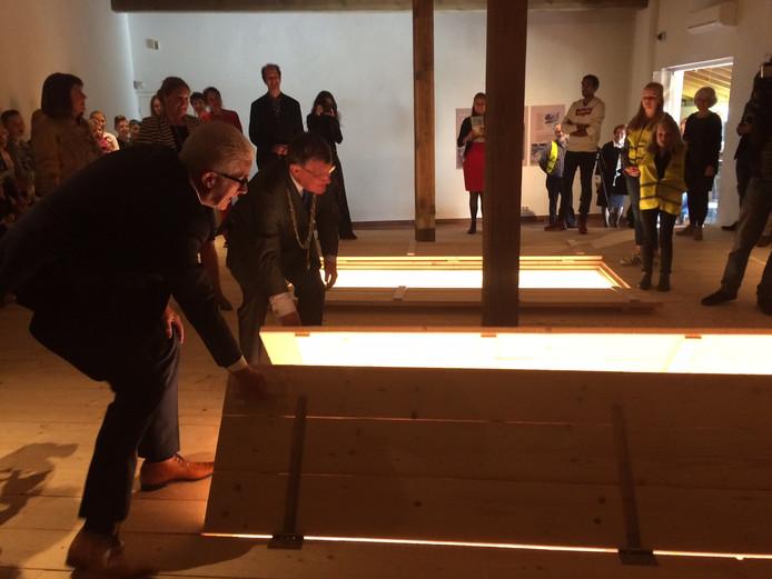 Samen met vier kinderen van basisschool Camelot werden de graven donderdagochtend geopend. Links wethouder Van Merwerode en burgemeester Hellegers.