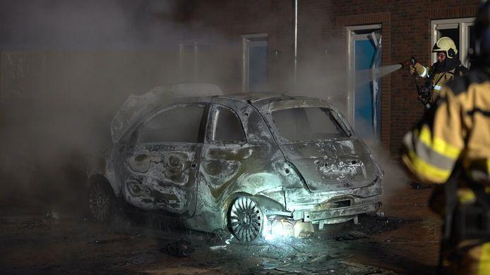 Verdachte autobrand in nieuwbouwwijk in Diepenveen.