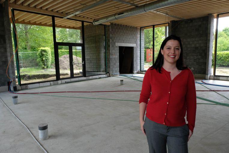 Schepen Kelly Van Tendeloo in de nieuwbouw.