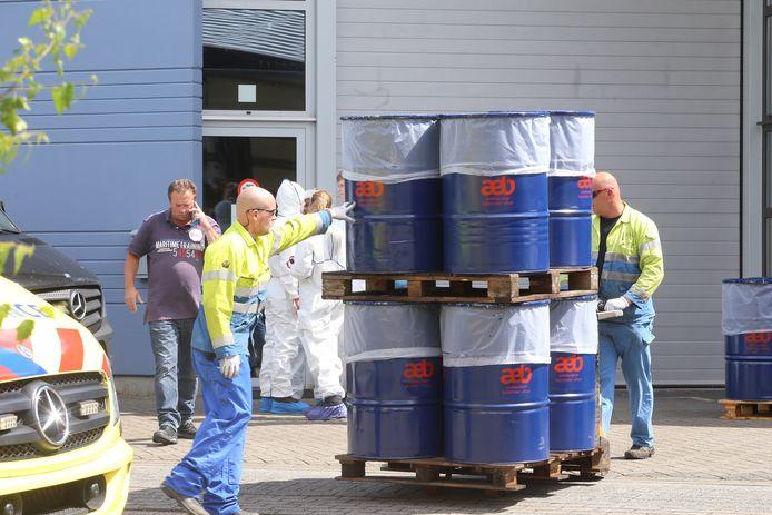 De inbeslagname van de chemicaliën in het Boxtelse bedrijf.