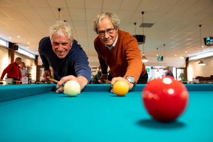 Gerard van Veen (l) en Sjaak Barendse (r) zijn trots op biljartvereniging 't Groene Hart.