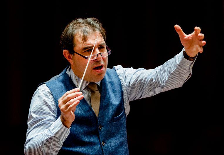 Dirigent Daniele Gatti repeteert met Concertgebouworkest in 2015, voor zijn aanstelling als chef-dirigent. Beeld ANP