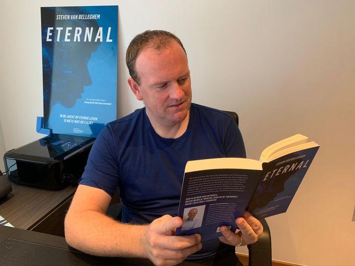 Steven Van Belleghem leest met trots in zijn boek Eternal.