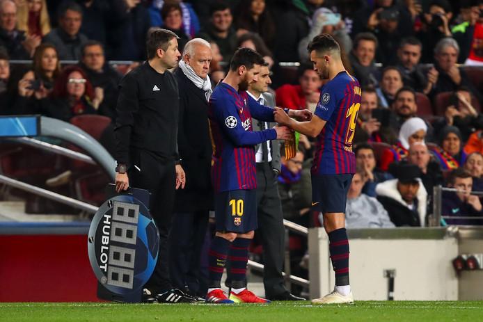 Munir El Haddadi overhandigt Lionel Messi de aanvoerdersband tijdens FC Barcelona - Tottenham Hotspur.