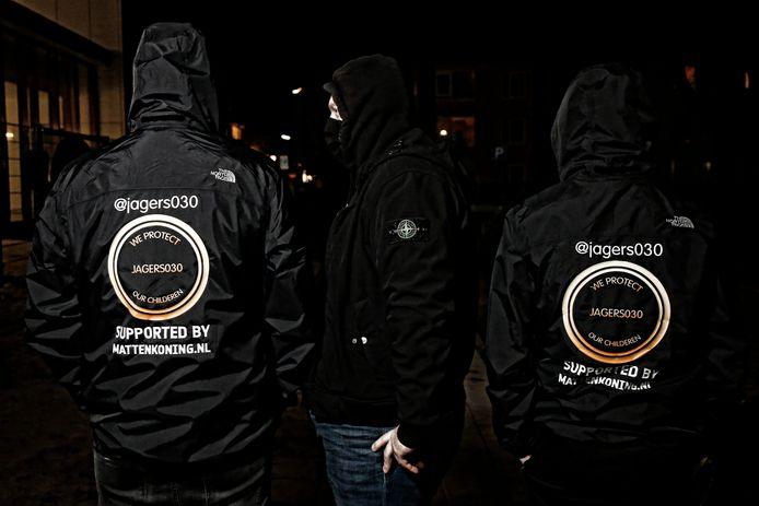 'We protect our childeren' staat er op de jassen van de mannen gedrukt.