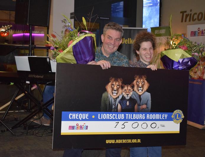Studioleiders John Verbunt en Christel van der Bruggen zijn zeer tevreden met de cheque die ze kregen.