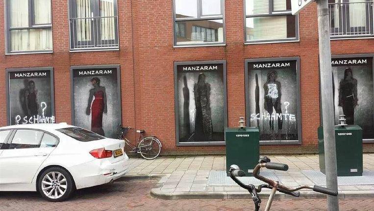 De door onbekenden 'gekuiste' reclameborden van de modewinkel Manzaram in Den Haag. De foto's werden geplaatst op dewarereligie.nl. Beeld dewarereligie.nl