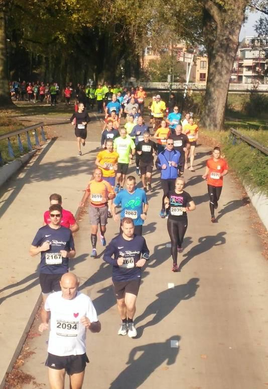 De lopers van Staalbouw Hendriks Ten Miles startten om 12.30 uur en begonnen hun route door het Julianapark.