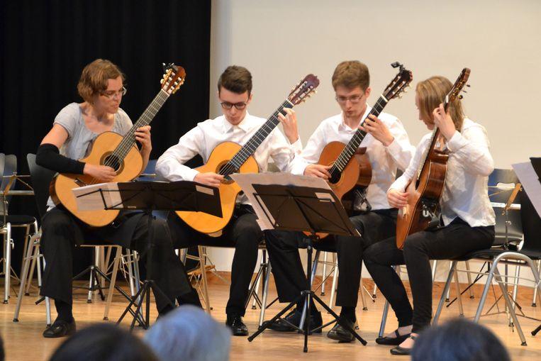 Cedric Honings (tweede van links) mocht alle solostukken van het orkest spelen.