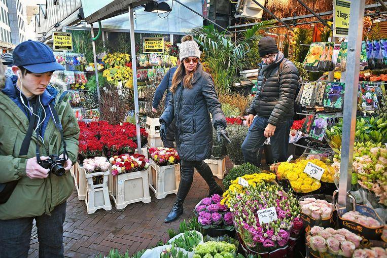 De Amsterdamse bloemenmarkt aan het Singel. Beeld Guus Dubbelman / de Volkskrant