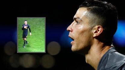 """Ronaldo reageert met giftig gebaar op gezangen in Atlético-tribune: """"Logisch als je 60.000 man op je flikker hebt"""""""