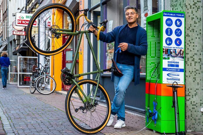 Met gratis gereedschap kan je je fiets repareren bij Dutch Republic van eigenaar Amin Mayahi.