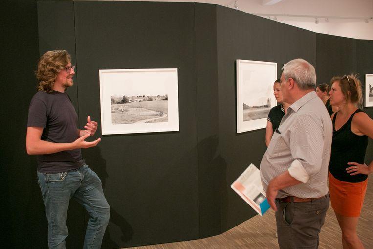 Bastiaan van Aarle geeft toelichting bij zijn foto-expo in de Tentoonstellingszaal Zwijgershoek.