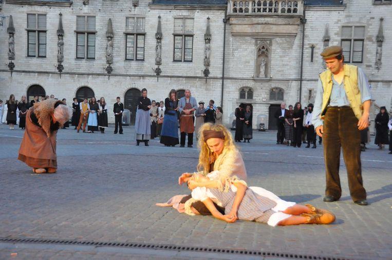 Tijdens het spektakel 'Stad in As' worden de oorlogsslachtoffers herdacht.