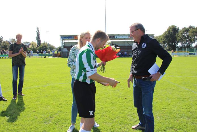 KSV-speler Erwin van de Wolfshaar wordt gehuldigd voor zijn 200 doelpunten in de eerste elftallen van KSV en Grol.