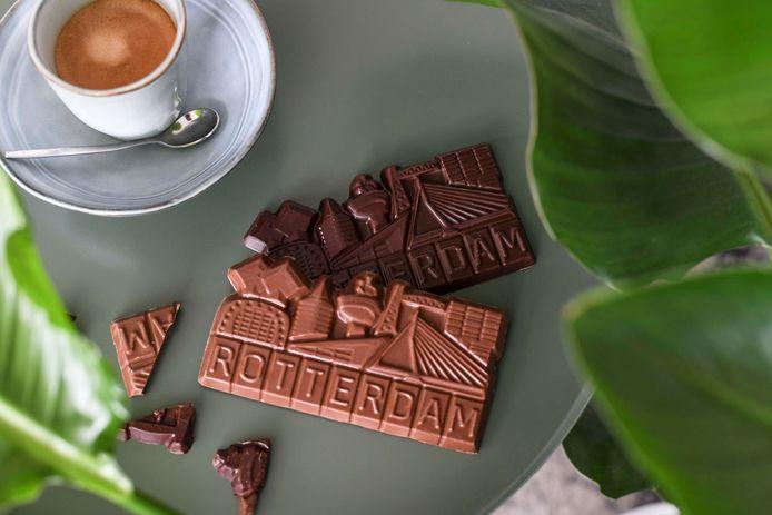 Rotterdammers maken chocolade in 'Rotterdam-vorm'.