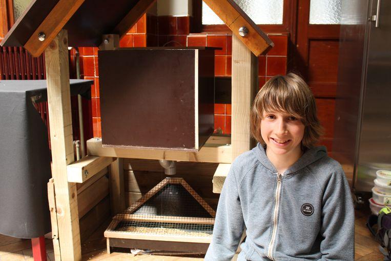 Maarten Bal bij zijn apparaat om de kippen te voederen.