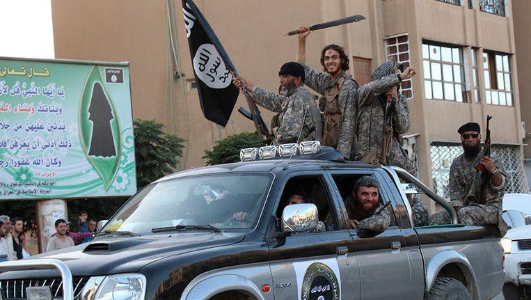 IS-troepen houden een overwinningsparade na de inname van Raqqa. (Archieffoto eind juni 2014).