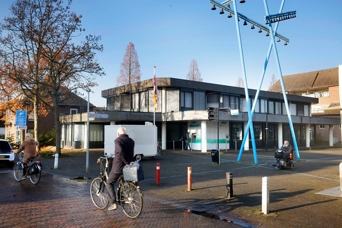 Het bankgebouw aan het Dokter Reilinghplein in Leerdam.