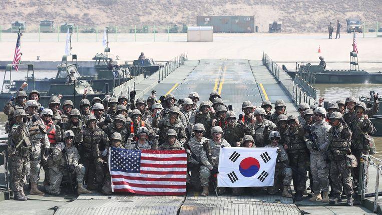 Soldaten poseren voor een foto na een gezamenlijke oefening van het Amerikaanse en Zuid-Koreaanse leger. In reactie op de acties van Noord-Korea wordt er meer getraind in het zuidelijke buurland. Beeld epa