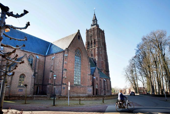 De Nederlands Hervormde kerk of Sint Catharinakerk, met de toren uit 1460.
