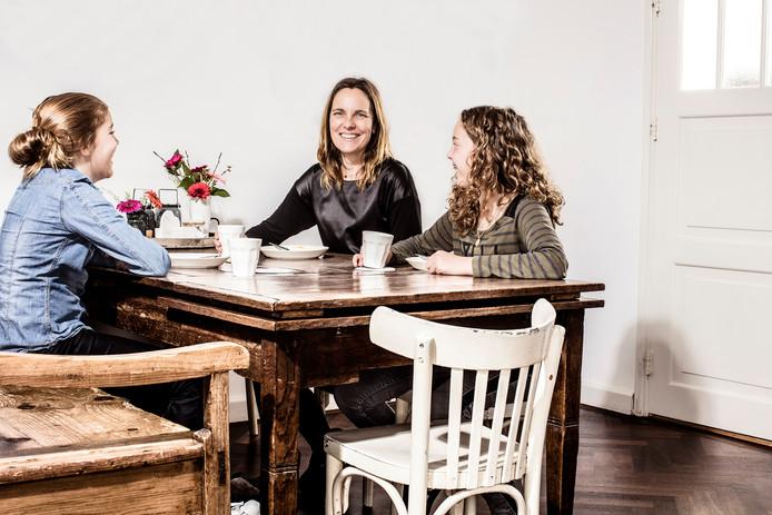 Petra van Rij (m), ruim 11 jaar na de dood van Hans, samen met dochters Kit (l) en Bobby (r).