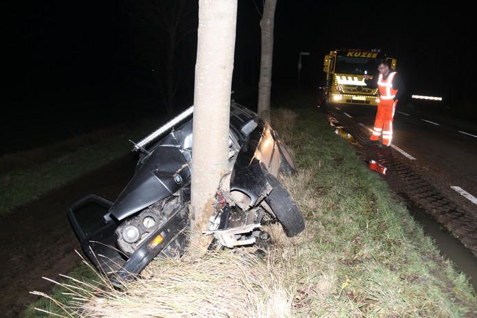 De auto is in Ossenisse tegen een boom gereden. Alle inzittenden konden zelf uit de auto komen.