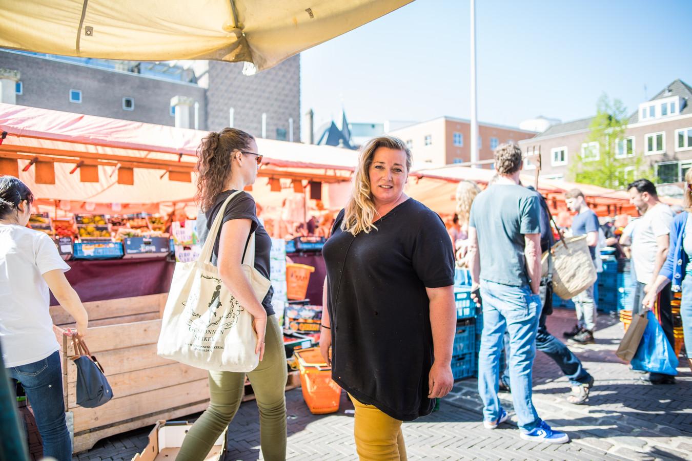 Susanne Willemsen in haar kraam voor het Huis der Provincie, fel criticus van het bestuur van de Stichting Arnhemse Warenmarkten. Ze blijft bij haar kritiek en denkt dat de gemeente er nog achter zal komen dat ze gelijk heeft.