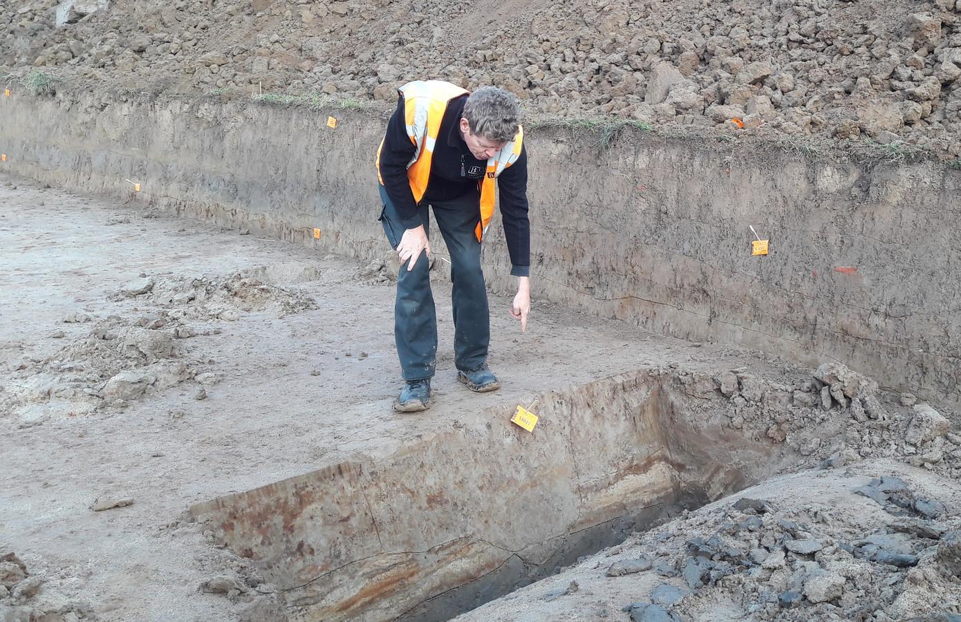 Archeoloog Sjaak Mooren van BAAC geeft uitleg bij de sporen in de grond.
