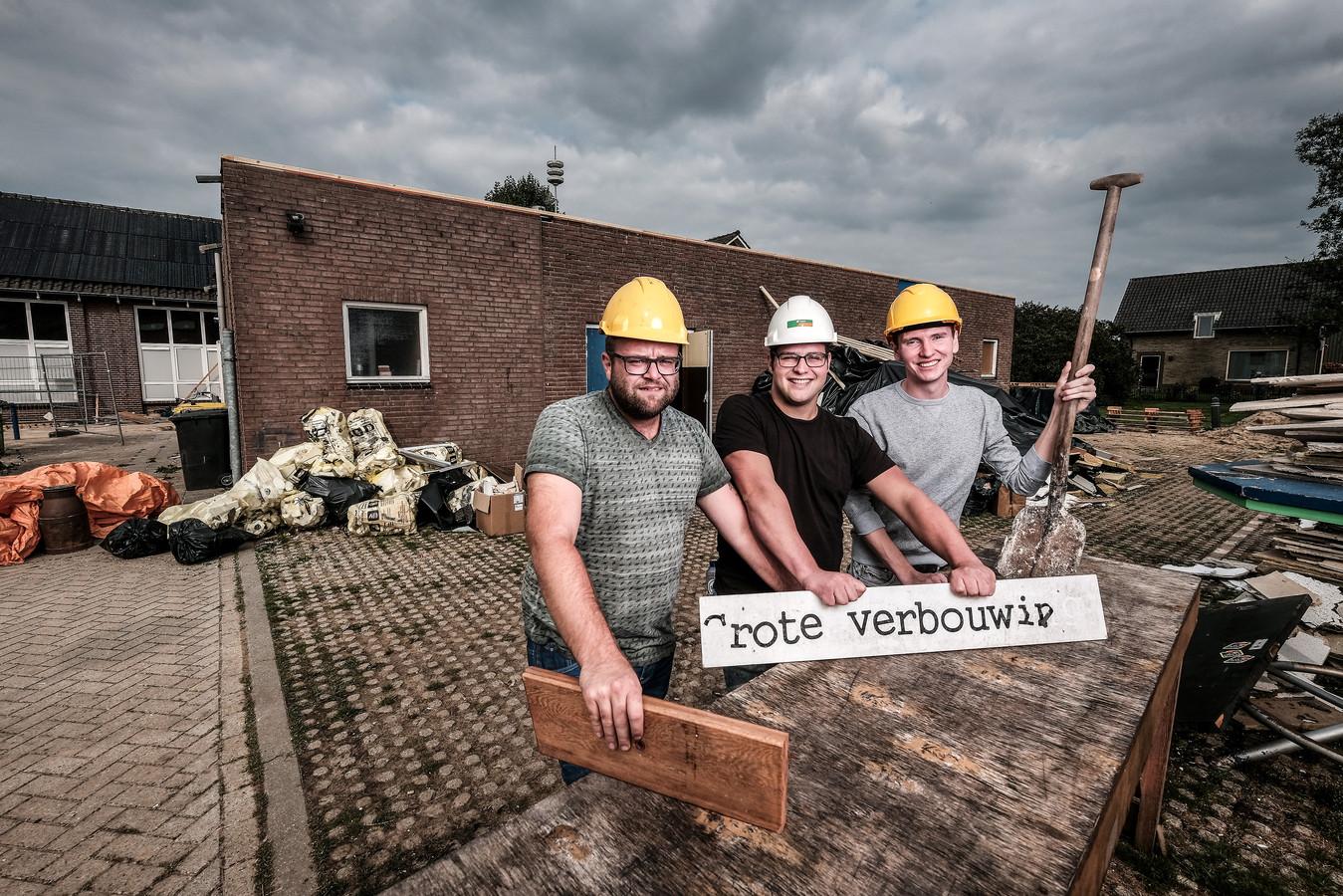 Bestuursleden Tim van der Kroon, Jorijn Beijer en Luuk van Mierlo (v.l.n.r.) druk in de weer met de verbouwing.