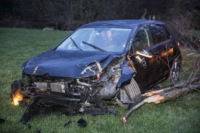 De gecrashte auto bij Twello.