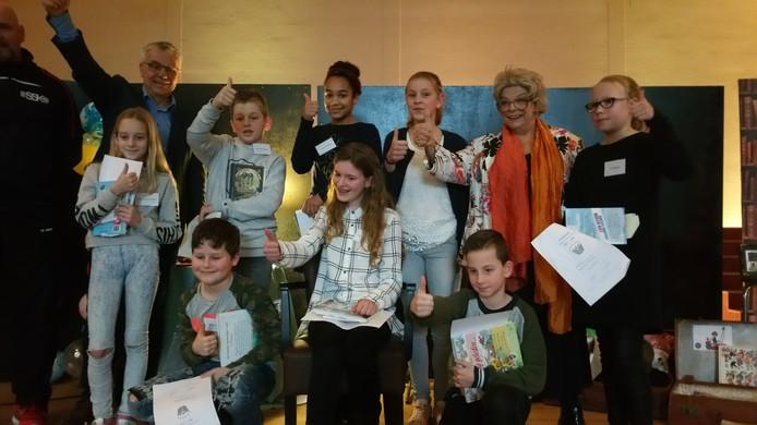 Op de foto in het midden zittend de winnares Ella.