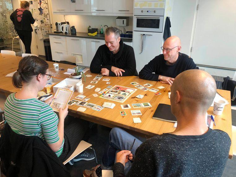 De beeldende kunstredactie van Het Parool buigt zich over het spel Art Collector. Links Sophia Zürcher. Beeld