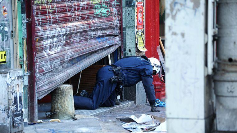 Een ME'er kruipt uit een kraakpand op het Muntplein in Amsterdam. Archieffoto. Beeld ANP