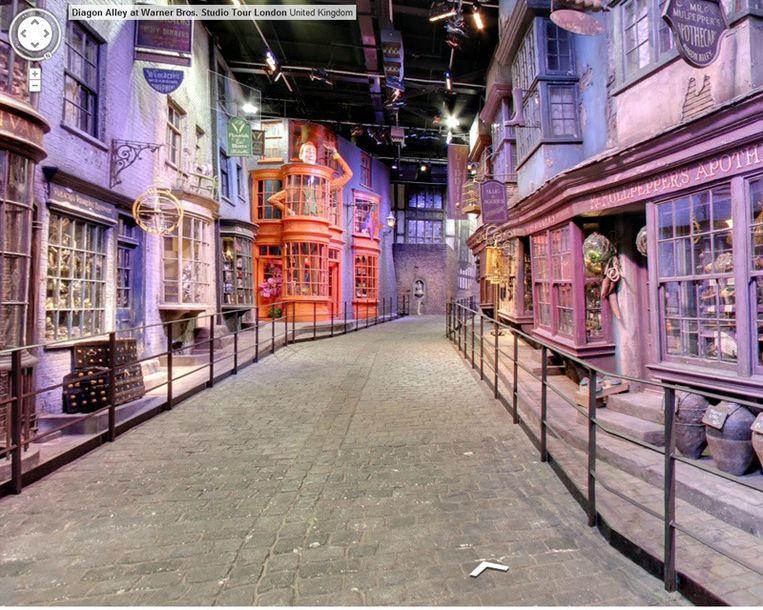 Een blik op Diagon Alley of de 'Wegisweg' in de studio's van Warner Bros. Beeld Google Street View
