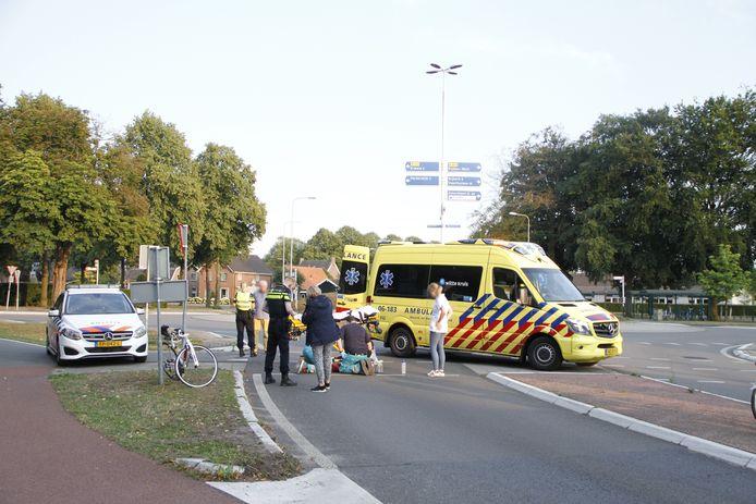De wielrenster is na het ongeluk met onbekende verwondingen naar het ziekenhuis gegaan.
