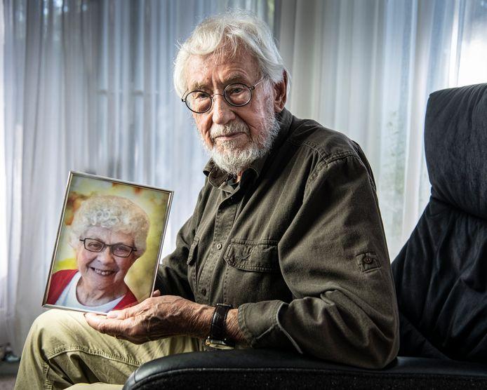 Nel, de vrouw van Hans, werd ernstig ziek door een inenting tegen Mexicaanse griep. Hij waarschuwt voor de risico's als onder tijdsdruk een vaccin wordt ontwikkeld.