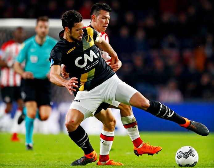 Hirving Lozano van PSV  in een pittig duel met Pablo Mari waarin beiden zich fysiek niet onbetuigd laten.