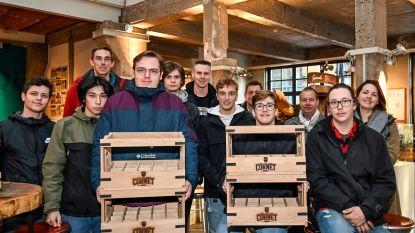 Speciale editie van houten bakken voor bier Cornet dankzij leerlingen Oscar Romerocollege
