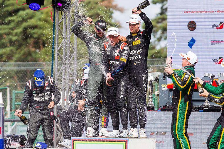 Bert en Stienes Longin, Christoff Corten, Giorgio Maggi en Krafft Racing vieren de overwinning.