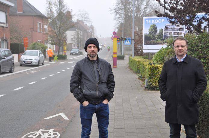 Frederik Cardon en gemeenteraadsvoorzitter Koen Tack aan de Beukenhofstraat in Vichte, die momenteel nog een fietsstraat is.