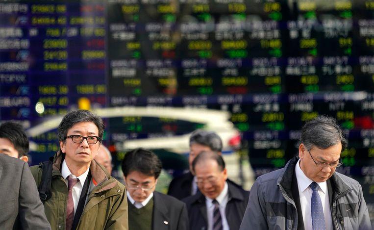 De beurs van Tokio is vandaag bij opening meer dan 4 procent gezakt. De beurs gaat daarmee Wall Street achterna, waar sterindex Dow Jones bijna 1.600 punten verloor op één dag, een ongeziene daling.